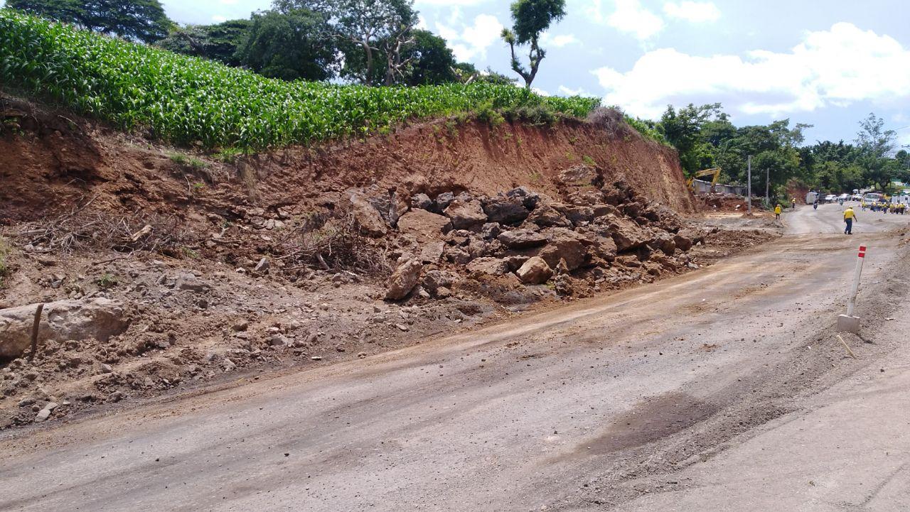 MOP interrumpe tráfico  aproximadamente 15 minutos en carretera al Puerto de La Libertad, por uso de explosivos para fraccionar rocas