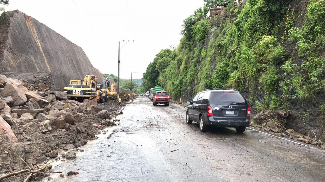 MOP desaloja derrumbes en zona de proyecto Ampliación de Carretera al Puerto de La Libertad, Tramo II