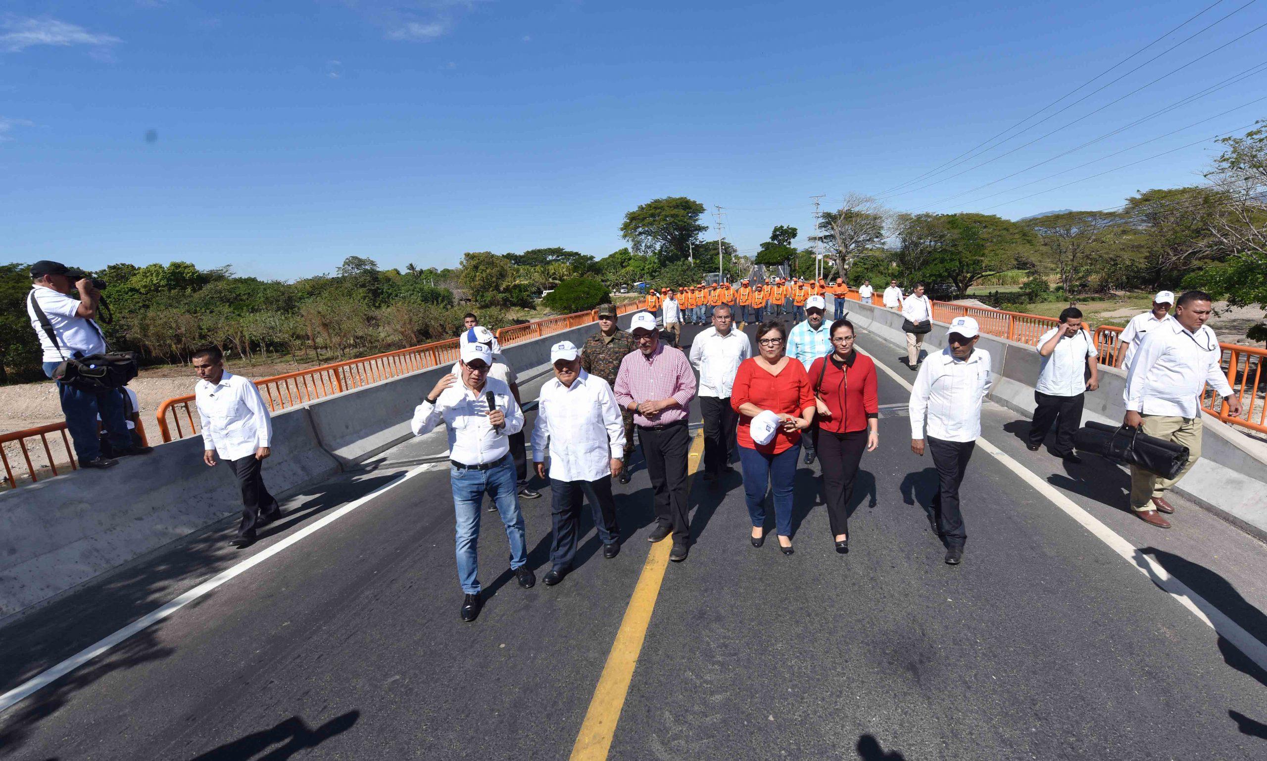 Presidente de la república entrega a ciudadanía puente La Prosperidad, sobre río Motochico