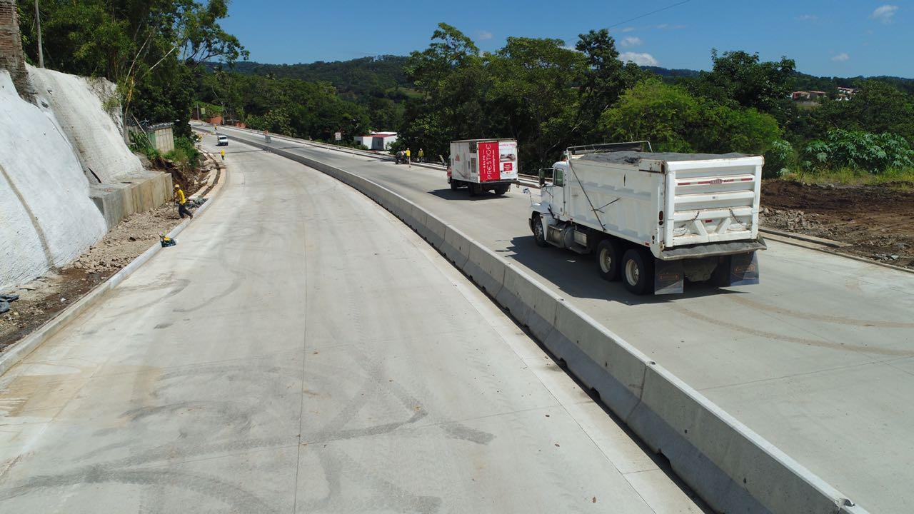 Paso restringido por ampliación Puente El Jute, carretera al Puerto de         La Libertad