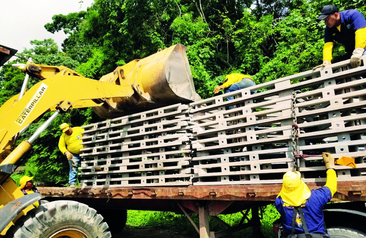 MOP inicia traslado de piezas para construcción puente sobre Río Torola, San Isidro, Morazán
