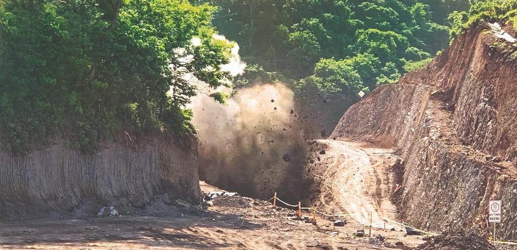 Cierre momentáneo por fraccionamiento de rocas en Carretera al Puerto de La Libertad