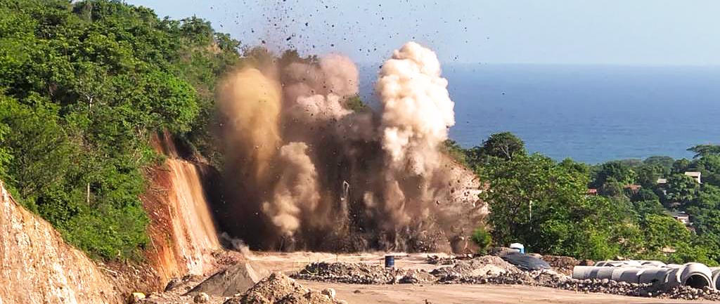 Cierre momentáneo en Carretera al Puerto de La Libertad por fraccionamiento de rocas con explosivos