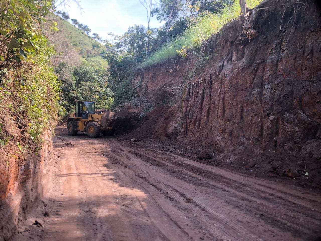 Técnicos de MOP y FOVIAL retiran escombros por desprendimiento de rocas en carretera a Los Chorros