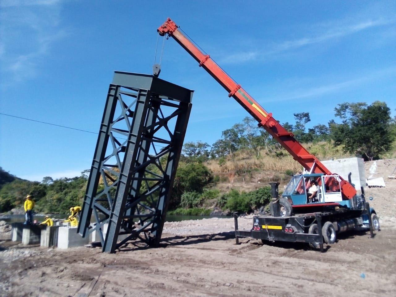 Realizamos el montaje de torres metálicas en pilas que sostendran puente sobre Rio Torola, Morazán