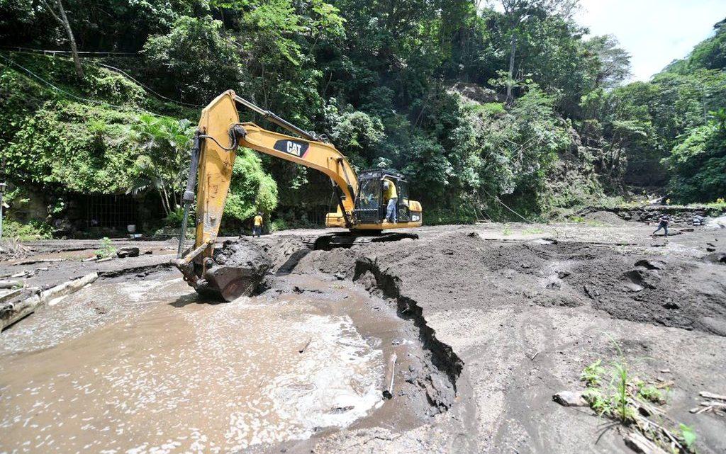 MOP realiza limpieza de material azolvado en piscinas de Turicentro Los Chorros, Lourdes, Colón, La Libertad